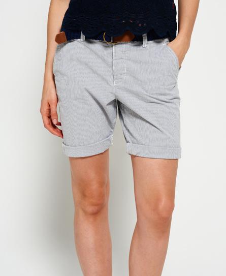 Chica pantalon corto se le ven los cachetes del culo 5