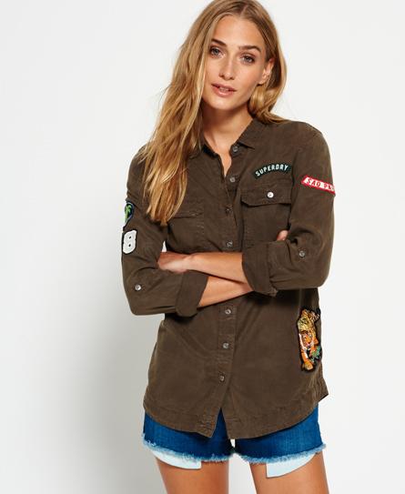 Se Superdry Superdry Militærskjorte med lapper ved SuperDry