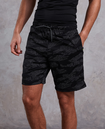 Se Superdry Superdry Training Relaxed shorts ved SuperDry