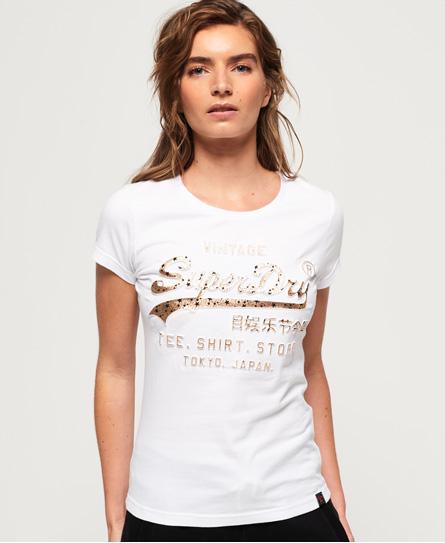 Se Superdry Superdry Shirt Shop T-shirt med dekorativt præget logo ved SuperDry