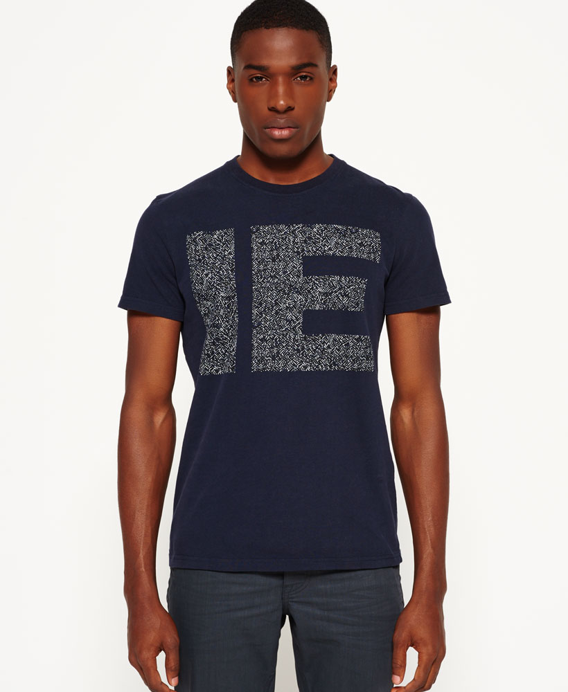 Artikel klicken und genauer betrachten! - Superdry IE Runner Matchstick T-Shirt, marineblau, in der Farbemarineblau hergestellt aus Material: Baumwolle 100%; erhältlich im Offiziellen Superdry - Shop bestellen, kostenloser Versand. Die aktuelle Mode für male in Kleidung, Accessoires und Taschen findest Du hier!. | im Online Shop kaufen